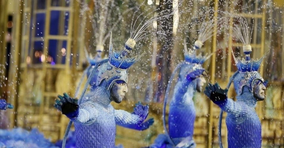 13.fev.2016 - Comissão de frente da Portela no desfile das campeãs
