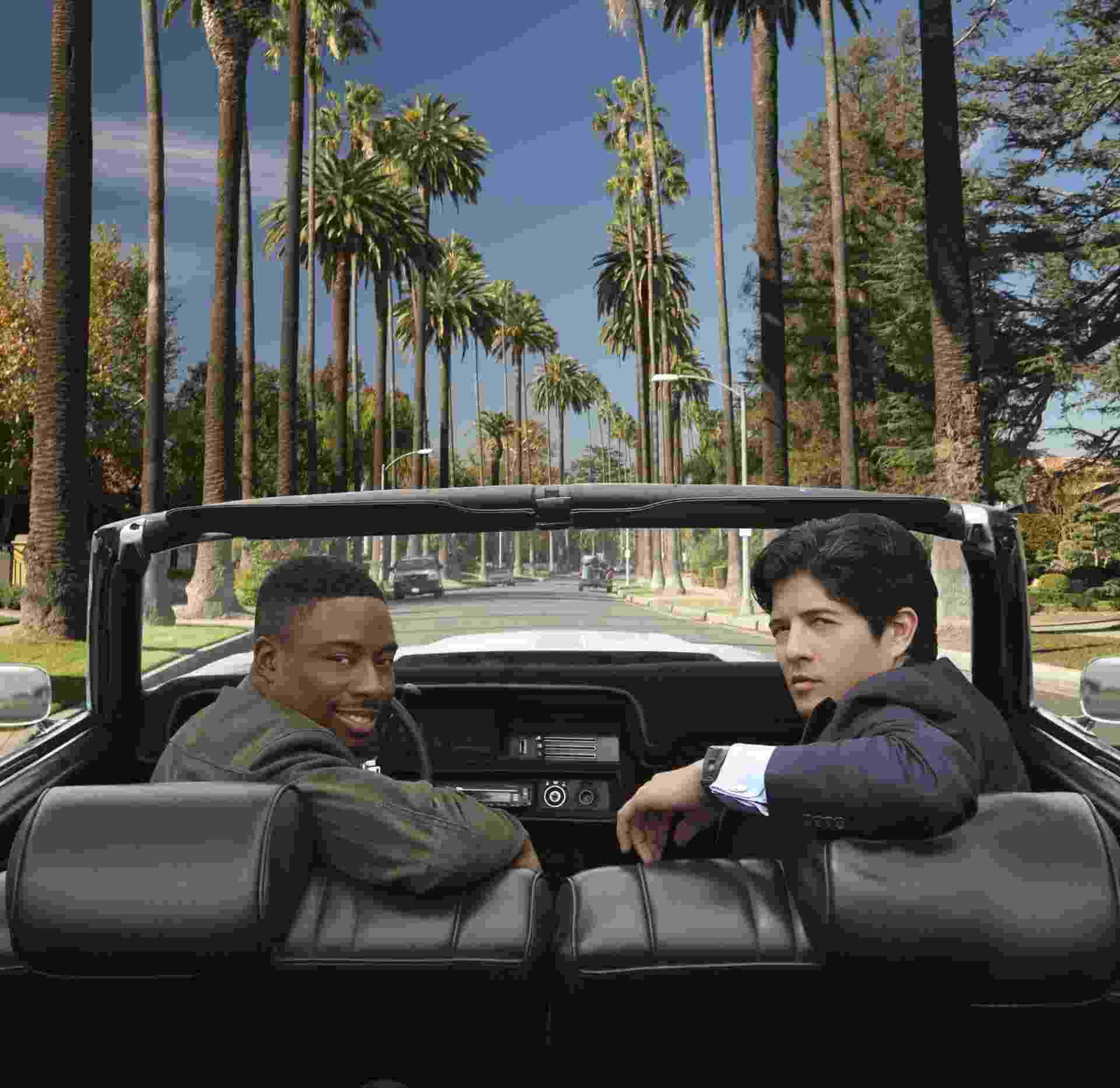 """Na série """"A Hora do Rush"""", Justin Hires e John Foo revivem os detetives Carter e Lee, papéis que foram de Chris Tucker e Jackie Chan no cinema - Divulgação"""