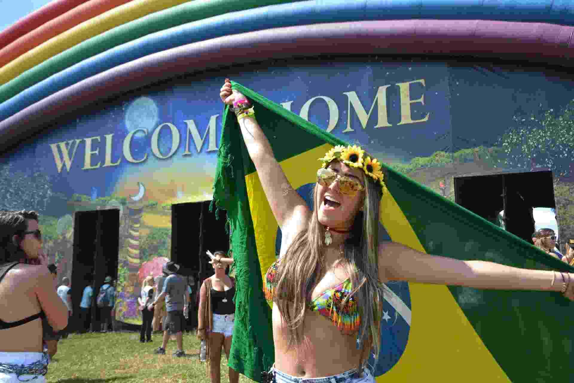 21.abr.2016 - Jovem comemora chegada no parque Maeda, em Itu, interior de São Paulo - Will Dias/Futura Press/Estadão Conteúdo