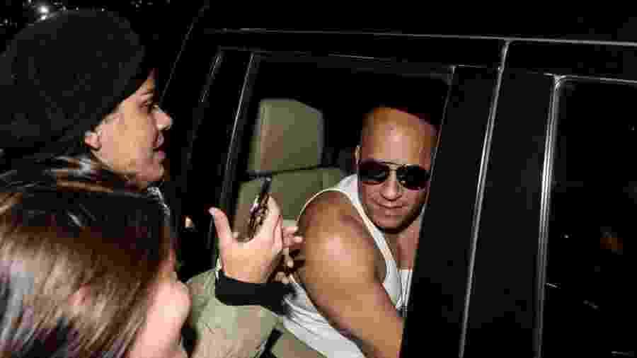 1.dez.2016 - Vin Diesel é tietado por fãs nos Jardins, em São Paulo - Francisco Cepeda /AgNews