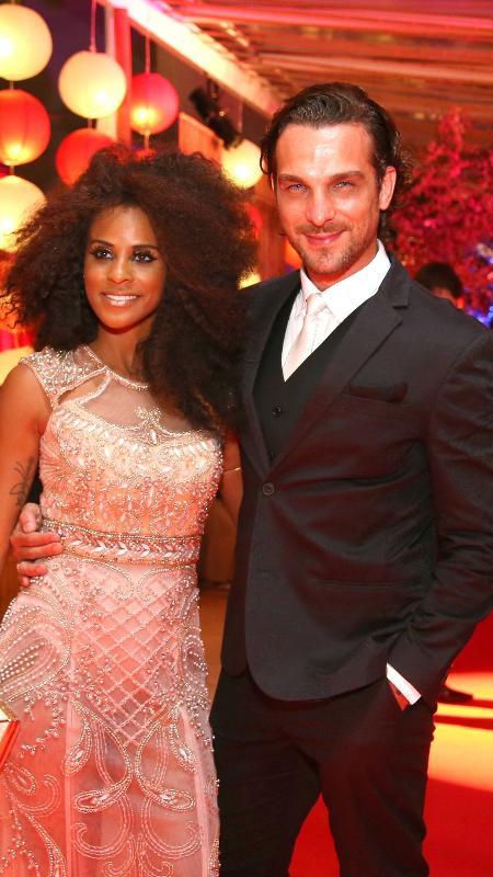 O casal Aline Wirley e Igor Rickli ao chegar no Baile do Copa, na noite deste sábado - Marcelo de Jesus/ UOL