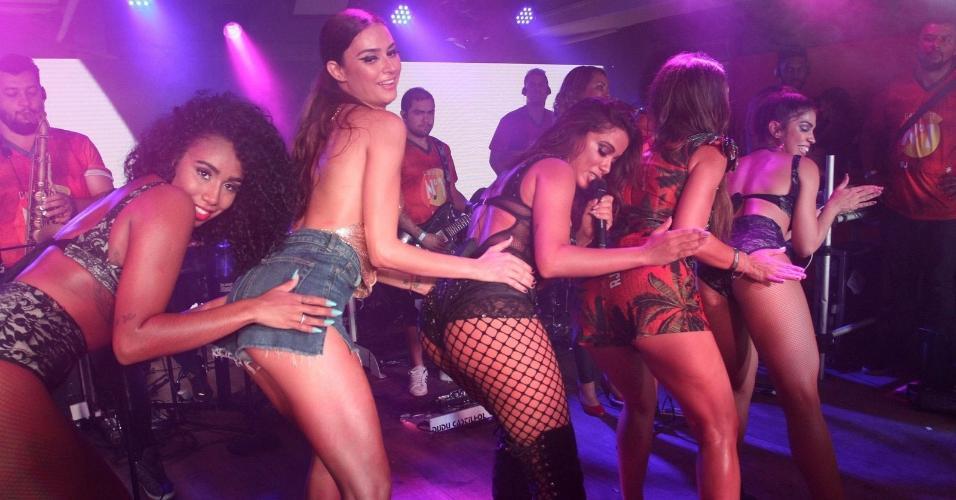 4.mar.2017 - As atrizes Thaila Ayala e Alice Wegmann dançam com Anitta e dançarinas no Camarote N1