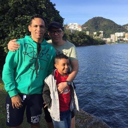 João e seus pais, Fernando e Marcelo - Reprodução/Facebook