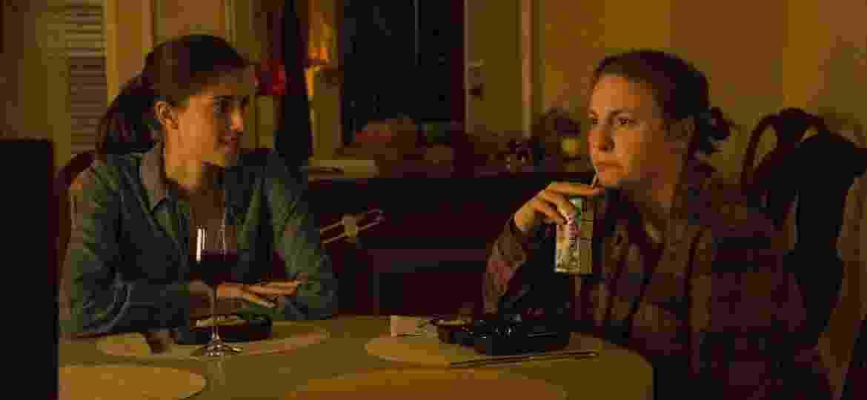 """Allison Williams e Lena Dunham em cena do último episódio de """"Girls"""" - Divulgação"""