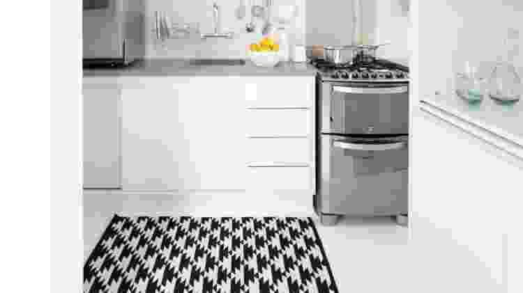 tapete na cozinha - Maira Acayaba/Divulgação/Escritório INA Arquitetura  - Maira Acayaba/Divulgação/Escritório INA Arquitetura