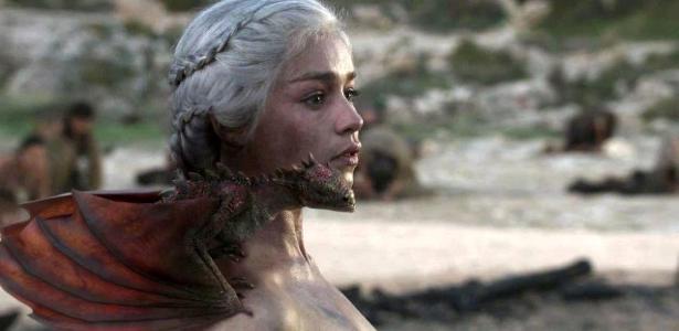 """Daenerys Targaryen, uma das heroínas da série """"Game of Thrones"""", com uma de suas senhas no ombro"""