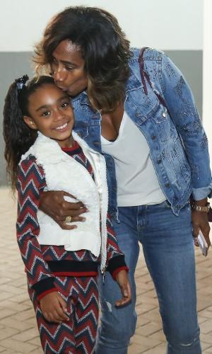 Glória Maria beija a filha Laura no Disney On Ice, no Rio de Janeiro