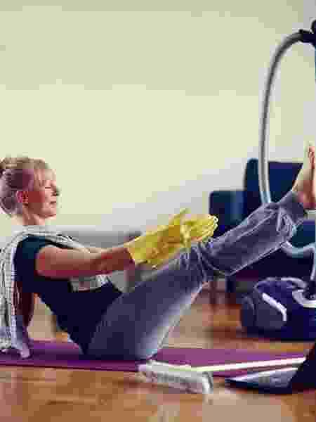 Não é só academia, como exercício também vale fazer ioga e até limpar a casa - iStock