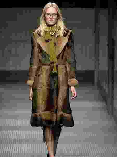 Modelo desfila casaco de pele da Gucci, de coleção antiga - Getty Images