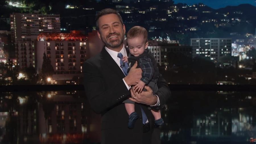 Jimmy Kimmel volta à TV com o filho no colo após o menino passar por uma cirurgia no coração - Reprodução