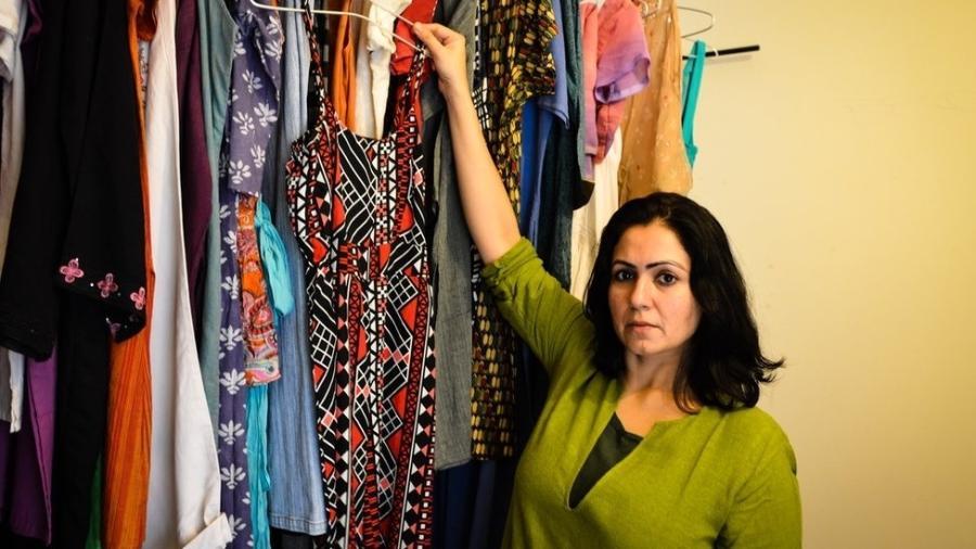 Jasmeen Patheja mostra roupas que vítimas de assédio sexual doaram para coleção - Asif Saud/BBC