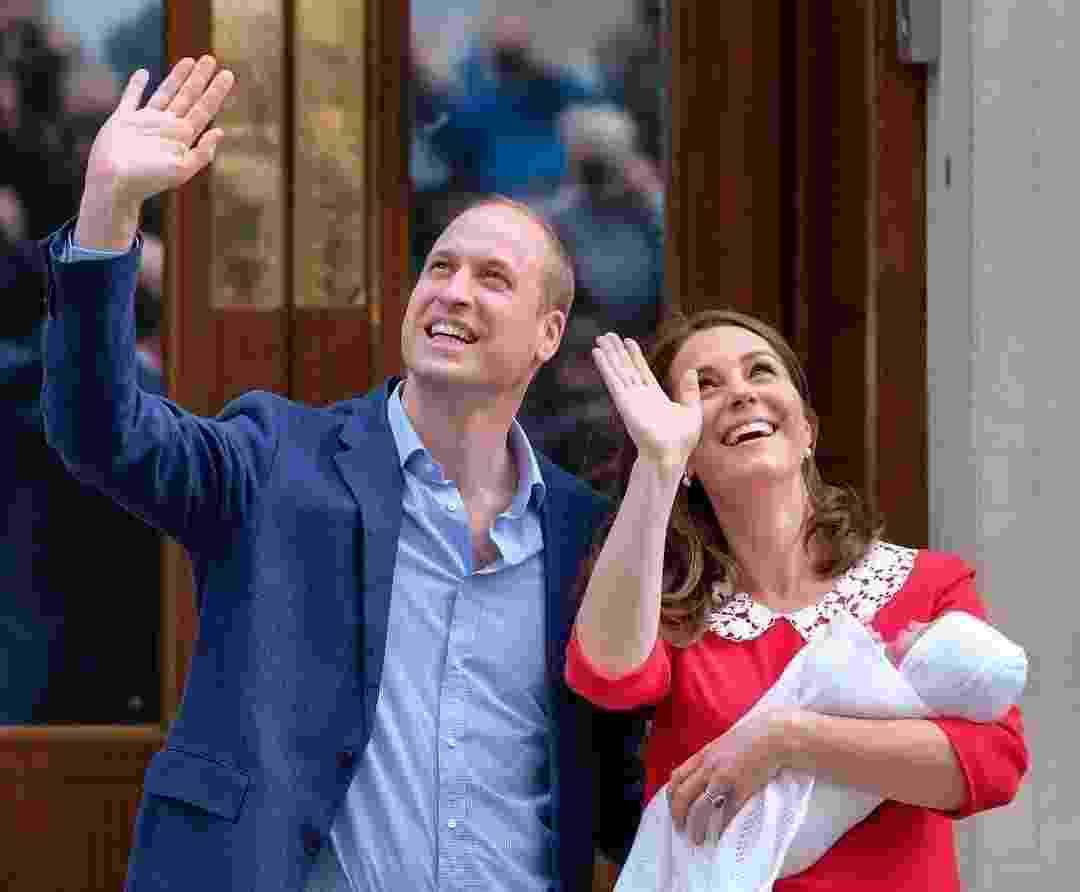 Sorridentes, a duquesa Kate Middleton e o príncipe William posaram com o terceiro para fotos, na porta da maternidade - Reprodução/Instagram