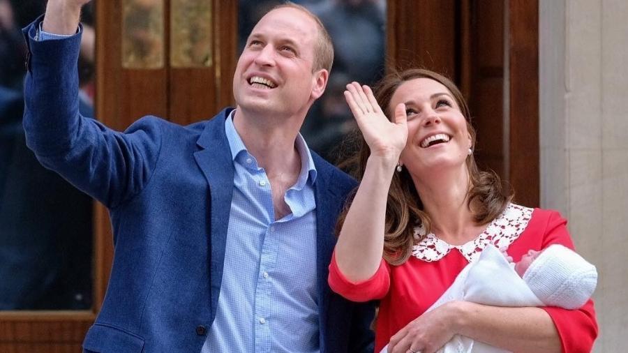 A duquesa Kate Middleton e o príncipe William posam com o terceiro filho na porta da maternidade - Reprodução/Instagram