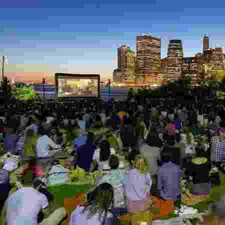 Cinema ao ar livre no Brooklyn Bridge Park, com vista para NY - Reprodução/Facebook