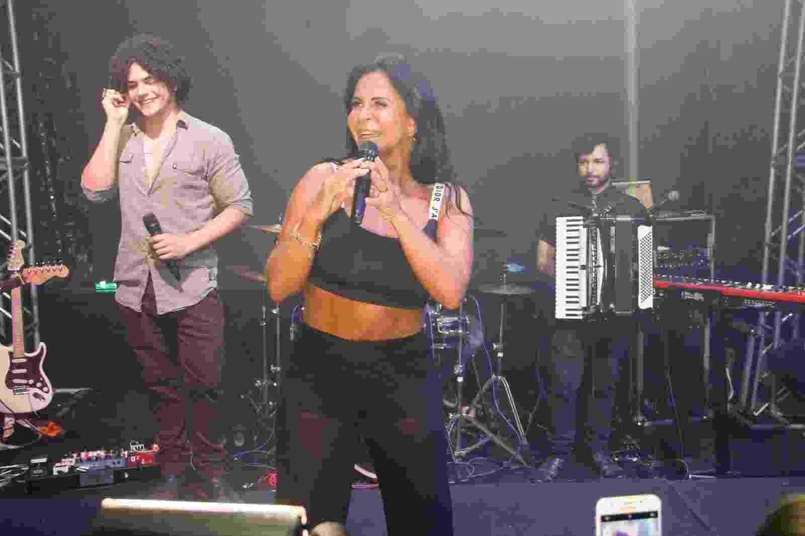 De barriga de fora, Gretchen canta na festa do canal Na Lata, de Antonia Fontenelle, no Alto da Boa Vista, zona norte do Rio - Marcos Ferreira/Brazil News