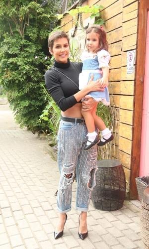 Deborah Secco e a filha Maria Flor chegam ao local da festa de seu aniversário de 3 anos
