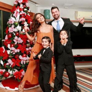 Juliana Paes com o marido, Carlos Eduardo Baptista, e os filhos, Pedro e Antônio