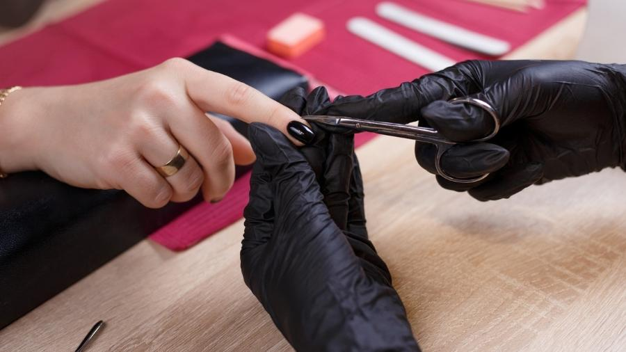 Cutilagem russa: técnica remove as cutículas com tesouras, em vez do tradicional alicate - Getty Images