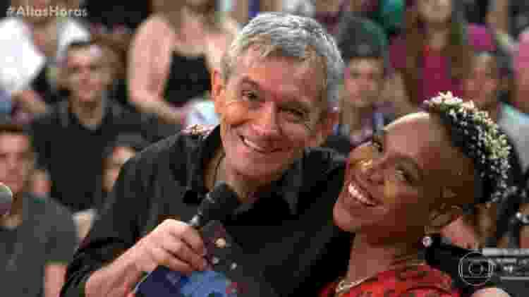 Karol Conká posa para fotos com Serginho no Altas Horas - Reprodução/TV Globo - Reprodução/TV Globo