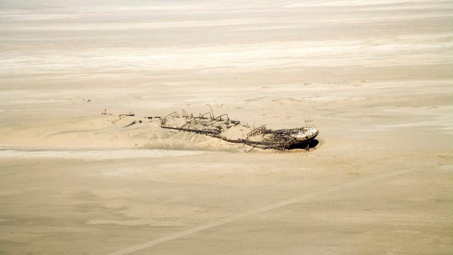 O Eduard Bohlen parece uma nave espacial que caiu do céu no meio do deserto da Namíbia - Mlenny/Getty Images/iStockphoto
