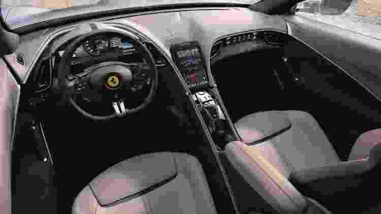 Interior da nova Ferrari traz painel digital, central multimídia vertical e uma terceira tela para o passageiro - Divulgação