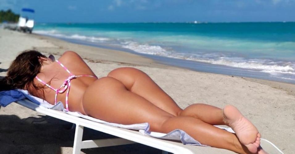 Nicole Bahls na praia de Maragogi (AL)