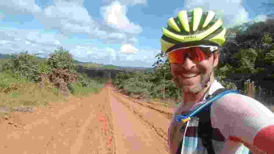 Ciclista Fernando Zogaib encara as estradas de terra no norte do Brasil durante a travessia do país - Acervo