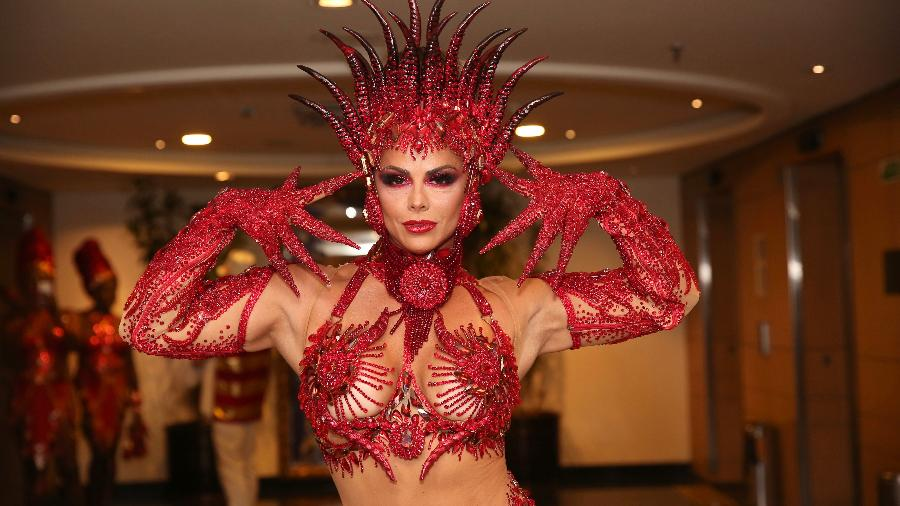A rainha da Mancha Verde, Viviane Araújo, preparada para o desfile no Anhembi - Iwi Onodera/UOL
