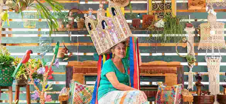 Dona Vânia vestindo seu chapéu de Guerreiro, peça do folclore alagoano que pode pesar até 8 quilos - Ramatis Haywanon da Costa/Divulgação