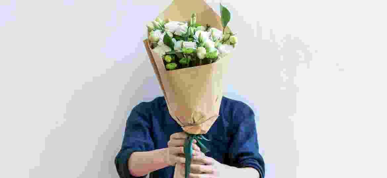 """""""Pode dar flor para homem? Pode. Tá aqui sua aprovação, assinada e carimbada"""" - iStockphoto"""