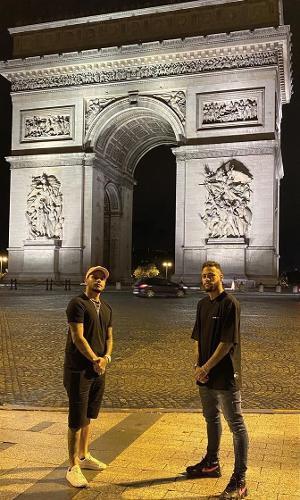 Neymar no Arco do Triunfo com o parça Cris Guedes
