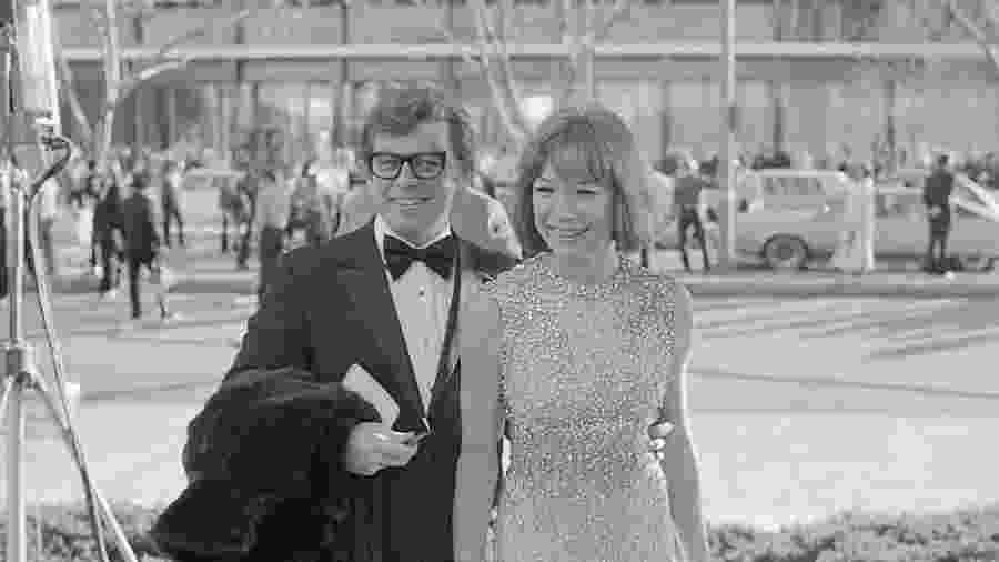 Pete Hamill e a atriz Shirley MacLaine chegam à cerimônia do Oscar em 1974 - Bettmann/Bettmann Archive