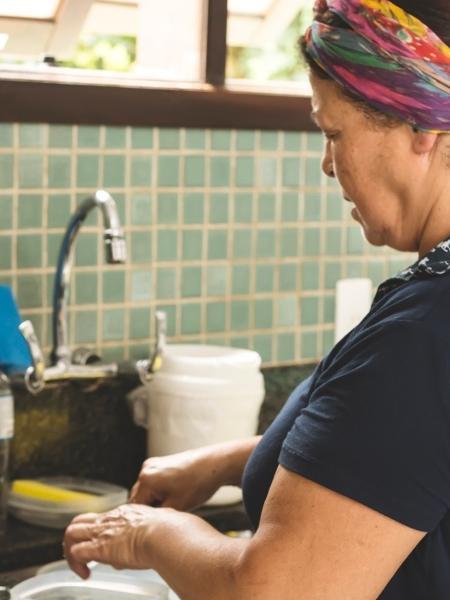Diferença de temo dedicado a afezeres domésticos difere de acordo com a classe social - Giselleflissak/Getty Images/iStockphoto