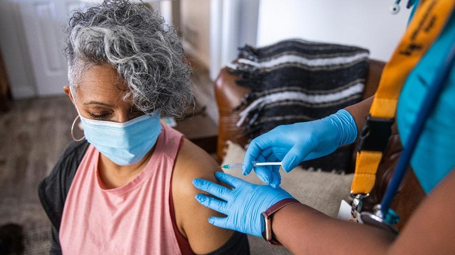 Levantamento indica que a vacinação é meio mais eficaz para prevenir óbitos pela infecção - iStock