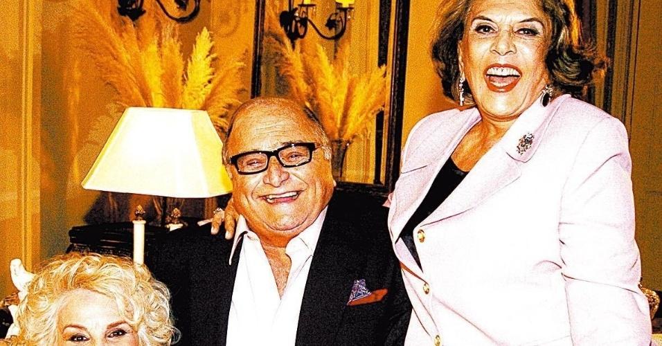 """2006 - O diretor Carlos Manga participa da novela """"Belíssima"""" com as ex-vedetes vividas por Carmem Verônica e Íris Bruzzi"""