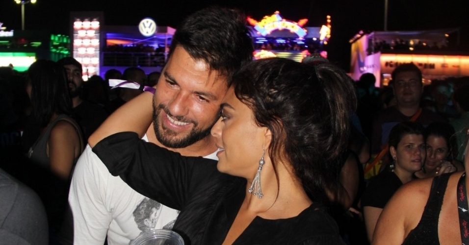 26.set.2015 - Juliana Paes curte shows do Rock in Rio na pista, ao lado do marido Carlos Eduardo Baptista