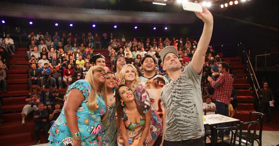 Paulo Gustavo tira selfie com elenco da terceira temporada de