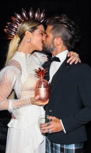 """28.jan.2015 - Giovanna Ewbank e Bruno Gagliasso trocam beijos no Baile da Vogue no Hotel Unique, em São Paulo, na noite desta quinta-feira. """"A moda é livre quem não é livre infelizmente é o ser humano. Eu sou a favor da liberdade, do amor"""", explica o ator"""