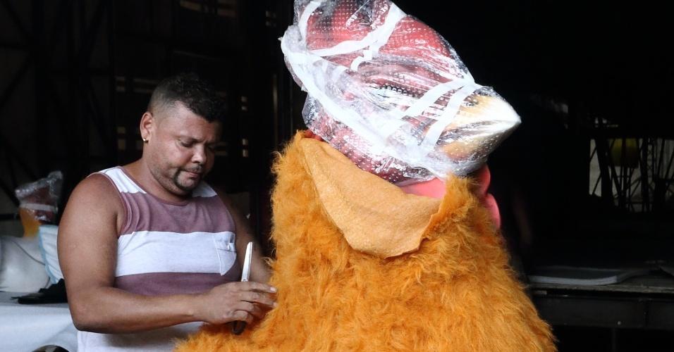 Boneco de galinha ganha pelúcia que imita as penas para o desfile da Unidos da Tijuca