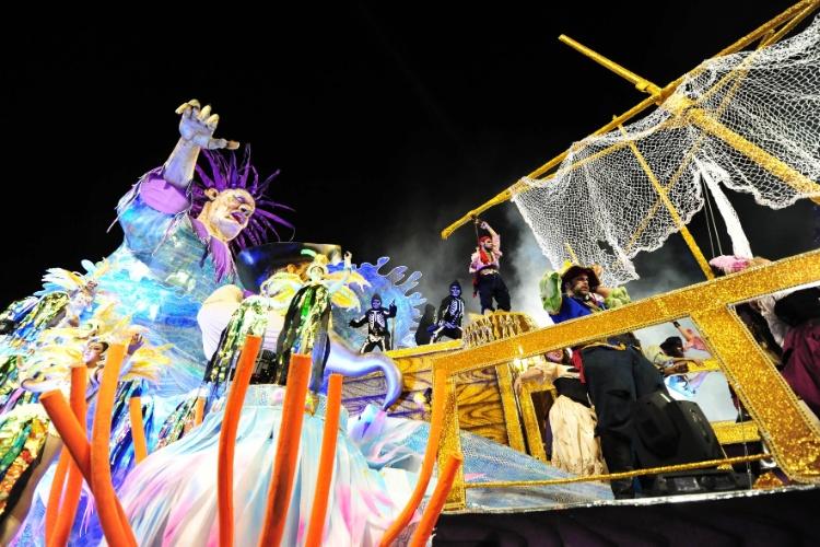 6.fev.2016 - Carro alegórico da Unidos de Vila Maria representa navio pirata e teve acrobatas nas laterais