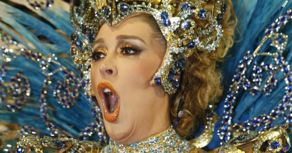 8.fev.2016 - A atriz Cláudia Raia ensaia o samba-enredo da Beija-Flor antes de entrar na avenida