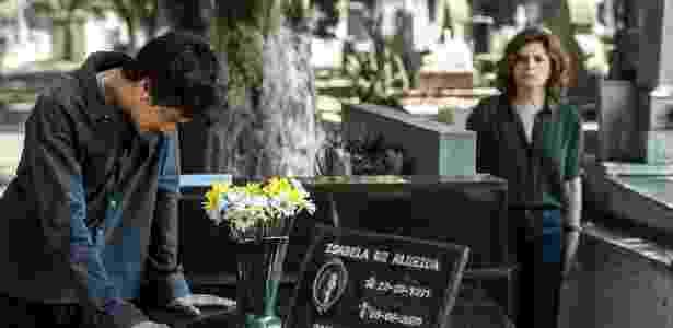 """Em """"Justiça"""", Vicente (Jesuíta Barbosa) é surpreendido por Elisa (Débora Bloch) no túmulo de Isabela, namorada quem ela assassinou e ficou sete anos preso pelo crime  - Divulgação/Globo"""