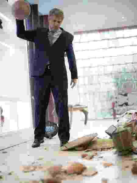 """Tião (José Mayer) destrói obras de arte do ateliê em """"A Lei do Amor"""" - Reprodução/GShow"""