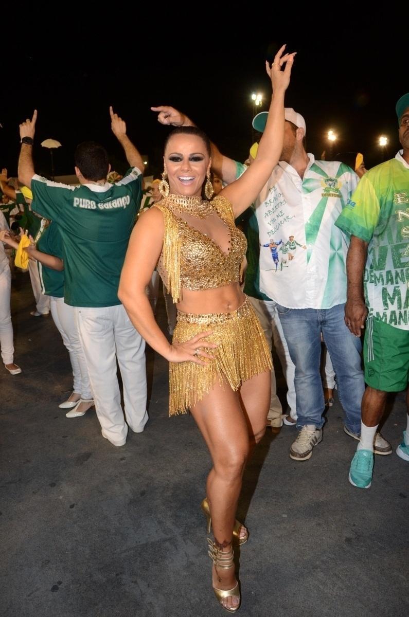 Vivi Araújo mostra samba e enrolado no ensaio técnico da Mancha Verde no sambódromo do Anhembi