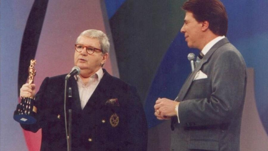 Silvio Santos entrega Troféu Imprensa a Jô Soares em premiação de 1988 - Reprodução/SBT