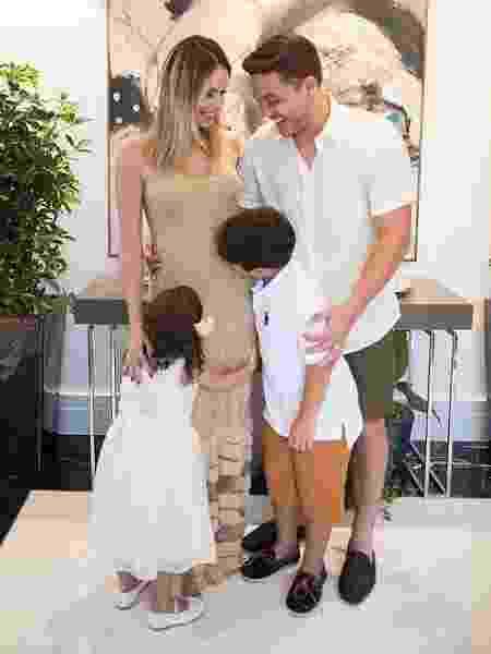 Filhos de Wesley Safadão, Ysis e Yhudi beijam próximo irmão ou irmã na barriga de Thyane Dantas - Reprodução/Instagram - Reprodução/Instagram