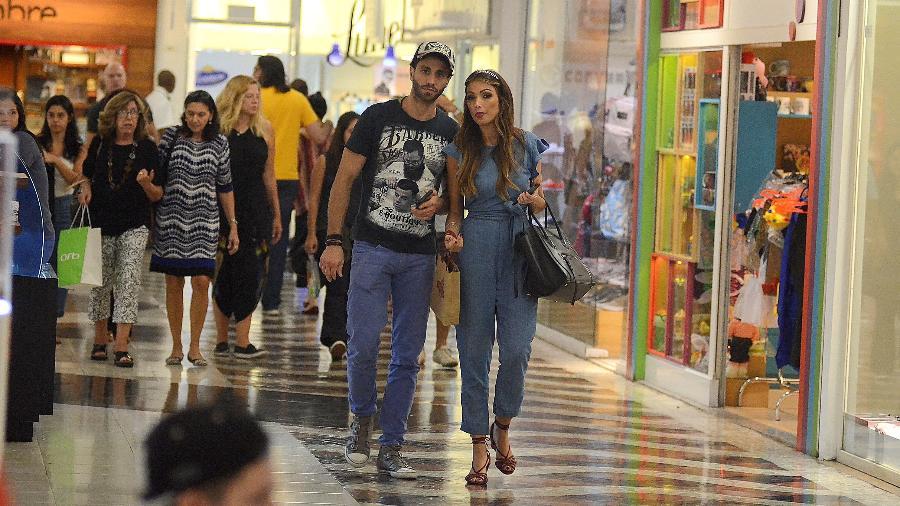 Patricia Poeta passeia com o namorado, o médico endocrinologista Fabiano Serfaty, em shopping na Gávea, zona sul do Rio - Webert Belicio/Ag.News