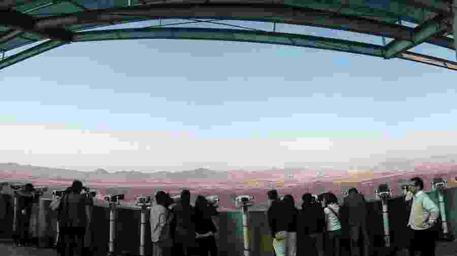 Turistas observam a Coreia do Norte desde o observatório de Dora, na Coreia do Sul - Josh Berglund/creativecommons.org/licenses/by/2.0/deed.en