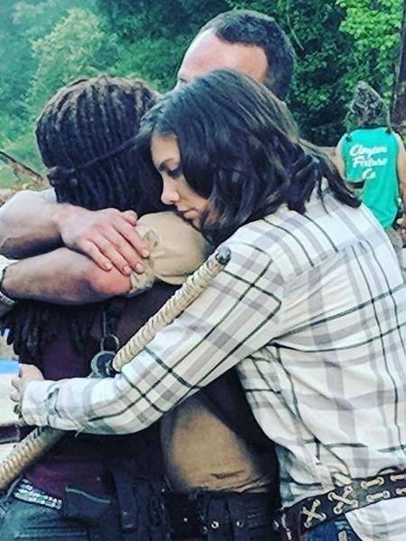 Andrew Lincoln é abraçado por Danai Gurira e Lauren Cohan - Reprodução/Instagram/@thewalkingdead