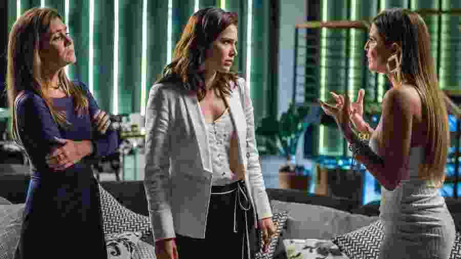 Karola (Deborah Secco) pede para Rosa (Leticia Colin) inventar que filho que espera é de Valentim  - Paulo Belote/Globo
